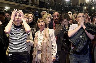 Simpatizantes del primer ministro y candidato a la presidencia francesa, Lionel Jospin, reflejan su estupor al conocer la inesperada derrota.