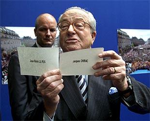 Jean-Marie Le Pen muestra la supuesta papeleta trucada de Chirac ('más blanca y de mejor calidad').