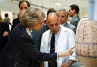 La Reina, durante su visita al Museo Arqueológico de Alicante, con uno de los restauradores del centro.