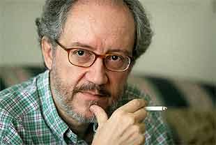 Emilio Martínez Lázaro, en su domicilio de Madrid.