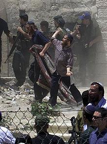 Varios colonos arrojan piedras contra casas palestinas en Hebrón.