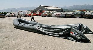 La zódiac de nueve metros de eslora interceptada por la Guardia Civil, en un depósito de Algeciras, adonde fue trasladada.