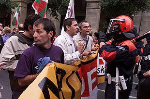 Los dirigentes de Batasuna Otegi y Permach  discuten con un    ertzaina  durante la manifestación.