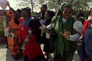 Un grupo de mujeres protesta contra la política de la Organización Mundial del Comercio, ayer en Johanesburgo.