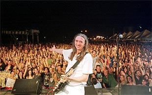 El cantante Rosendo, durante su actuación en Linares.