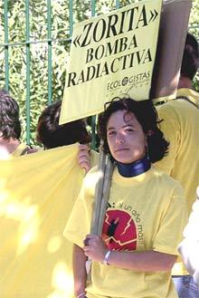 Concentración para pedir el cierre de Zorita, ayer, ante la sede del CSN. PRIMER PLANO - ESCENA