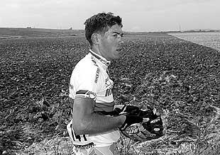 El campeón mundial, Óscar Freire, después de abandonar ayer la ronda española. PLANO MEDIO - ESCENA
