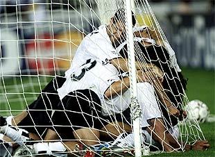 Jugadores del Valencia celebran el gol de Baraja, el segundo del equipo español.