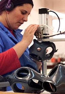Una trabajadora israelí fabrica máscaras antigás en la ciudad de Kiryat Gat. PLANO MEDIO - ESCENA