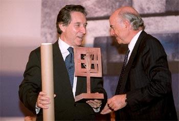 Francisco González (a la derecha), al entregar el premio a Iñaki Gabilondo.