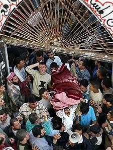 Manifestación tras el funeral de una de las víctimas de la incursión israelí, ayer en el centro de Gaza.