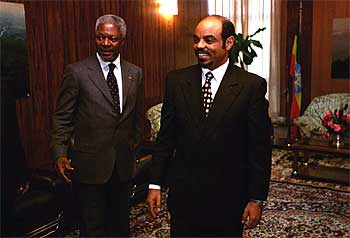 Kofi Annan (izquierda) y el primer ministro etíope, Meles Zenawi, en Addis Abeba en 1998.