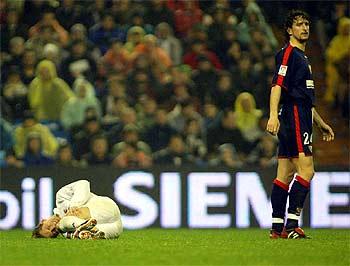 Míchel Salgado se duele en el suelo tras el pisotón de Pablo Alfaro, que se aleja del lugar.