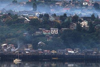 La pesca y el cultivo de musgo destacan en la actividad económica de Chiloé, la isla del sur de Chile en la que una lluvia fina descarga de forma casi permanente.