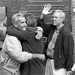 Felipe González abraza a Rafael Vera a las puertas de la cárcel de Guadalajara, mientras José Barrionuevo saluda a la multitud