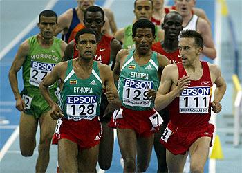 Alberto García, poco después de lanzar su ataque en la final de 3.000 metros, mira desafiante a Gebrselassie, ganador a la postre, Abate y Gumri.