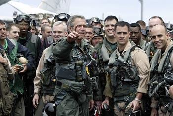 El presidente, vestido de piloto de combate, charla con miembros de la tripulación del portaaviones  Abraham Lincoln,  donde anunció la victoria contra Irak.
