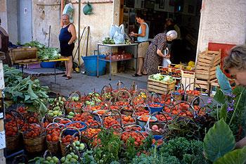 Un rincón del mercado de frutas, verduras  y flores de Castellammare del Golfo, uno de los pueblos sicilianos próximos a la Reserva dello Zingaro.