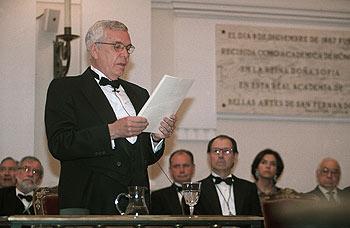 Víctor Nieto Alcaide, durante la lectura de su discurso.