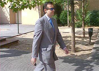 Francisco Bravo, a su llegada a las oficinas de la promotora inmobiliaria Euroholding, en Villaviciosa de Odón. rnrn EFE