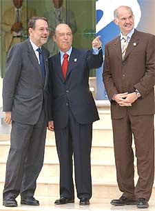 Javier Solana conversa con el primer ministro griego, Costas Simitis, y su ministro de Exteriores, Papandreu.