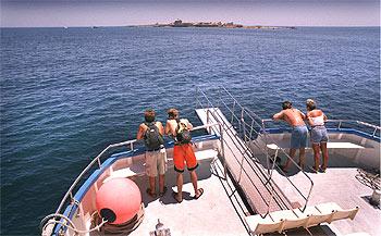 Travesía a Tabarca (al fondo) desde Santa Pola. A la isla salen, además, barcos desde Guardamar, Alicante y Torrevieja.