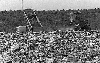 Un vertedero con residuos de productos de distintos orígenes.
