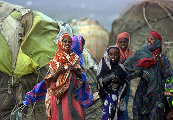 Mujeres etíopes se trasladan con sus pertenencias a un campamento de refugiados, huyendo de la sequía y el hambre que asuelan el país.