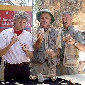 Juan Luis Arsuaga, Eudald Carbonell y José María Bermúdez de Castro presentan los fósiles descubiertos este año.