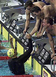 El equipo australiano de 4x200 felicita a Thorpe tras su relevo.