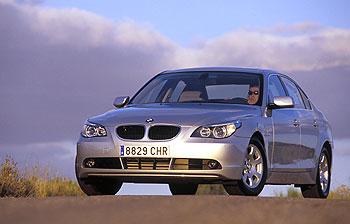 El nuevo Serie 5 muestra una evolución estética importante en BMW y tiene una imagen menos conservadora. Destacan las formas suaves y redondeadas, sobre todo en el frontal, que mejoran la aerodinámica.