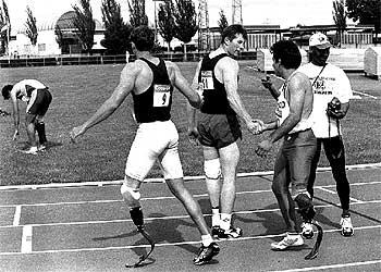 Corredores participantes en unos campeonatos europeos de atletismo para amputados en Leganés.