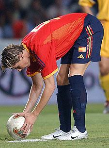 Torres coloca el balón para lanzar el penalti que fallaría.