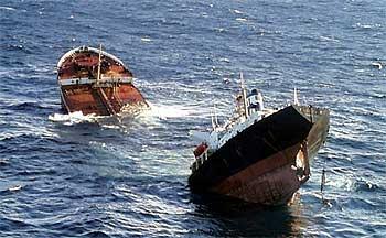 El buque  Prestige,  partido ya en dos, en el momento de hundirse, el 19 de noviembre de 2002.