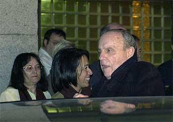 Fraga sale del hospital Clínico de Madrid tras sufrir un desvanecimiento el pasado enero.