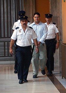 Agentes de Policía acompañaban ayer a Anglada al juicio.