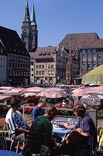 La plaza Hauptmarkt con las dos torres de San Sebaldo al fondo.