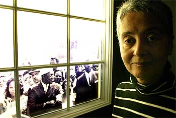 Adrian Piper, ayer, ante una de las obras de la serie  Decide who you are    expuestas en el Macba.