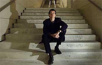 Dan Cameron, el viernes, en la escalera de acceso a Caixaforum en Barcelona.