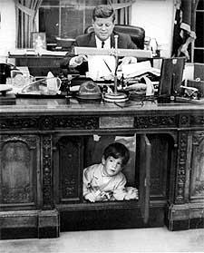 El presidente Kennedy trabaja en el despacho Oval de la Casa Blanca, con su hijo John, en 1963, año de su asesinato.