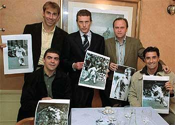 Martín Vázquez, Butragueño, Pardeza, Sanchis y Michel, cada uno con una foto de su carrera futbolística, el pasado viernes en Madrid.