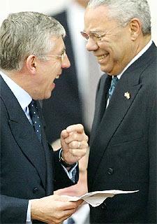 Colin Powell (derecha) y Jack Straw, ayer en Londres.