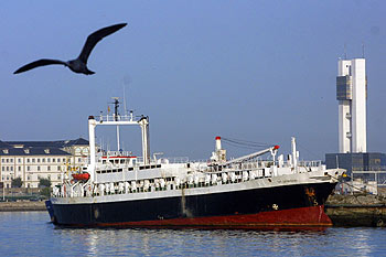 El buque  Spiridon,  atracado en el puerto de A Coruña.