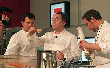 Ferran Adrià, ayer, explicando una de sus creaciones en la reunión gastronómica madrileña.