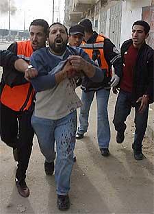 Jóvenes palestinos ayudan a un hombre herido ayer en Gaza.
