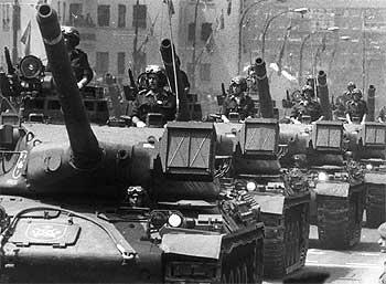 Carros de combate del Ejército español en un desfile.
