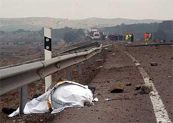 El cuerpo de uno de los fallecidos en el accidente de Barracas (Castellón) al explotar un camión.