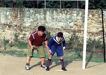 Almodóvar ensaya un plano con Raúl García Forneiro, uno de los niños que actúa en su película.