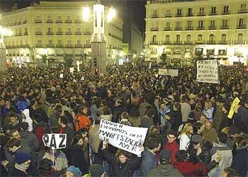 Aspecto de la concentración en la Puerta del Sol, pasada la medianoche de ayer.