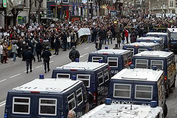 Centenares de personas se concentran frente a la sede del PP en Madrid, en la calle de Génova.